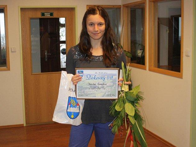 Karolína Galušková dostala od zástupců Hrádku pamětní list.