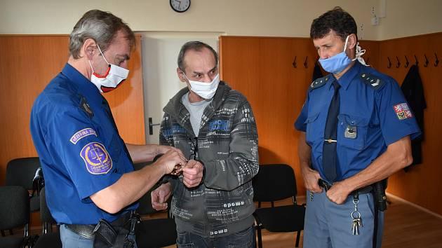 Peter V. (54) před klatovským soudem. Přivedla ho eskorta z vazby.