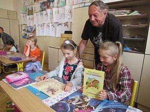 Spisovatel představil knihu ve škole.