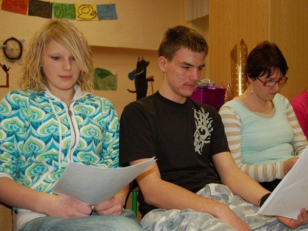 Žáci při čtení.