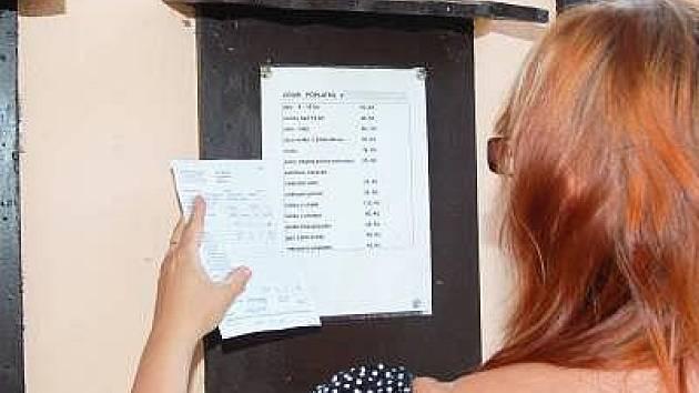 Pracovnice ČOI při kontrole cen ubytování.