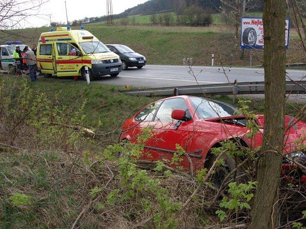Řidič BMW i jeho žena utrpěli šok, ale z havárie vyvázli bez vážnější újmy na zdraví