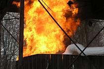 Ve Veselí hořel starý zásobník na lehké topné oleje