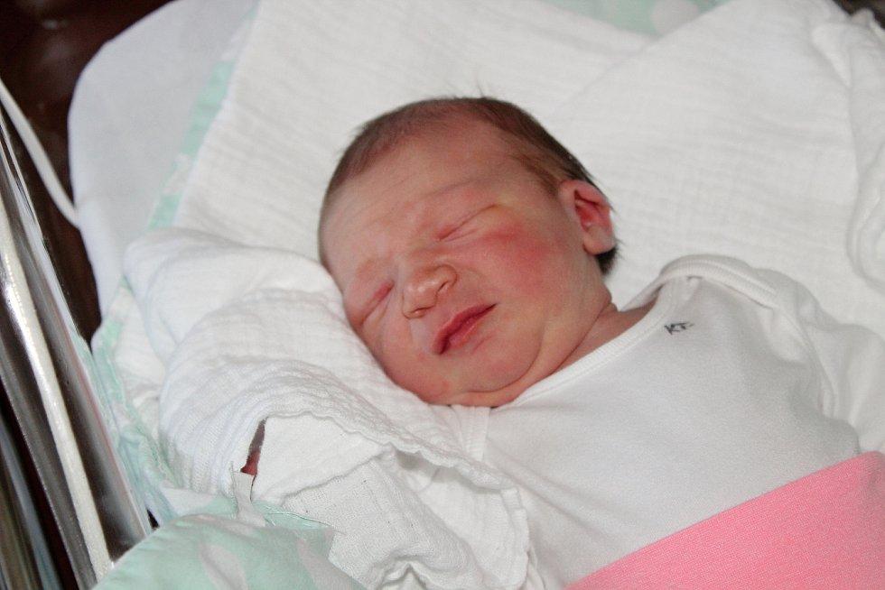 Kristýna Houdková z Domažlic se narodila v klatovské porodnici 12. července v 11:30 hodin (3650 g, 52 cm). Rodiče Michaela a Luboš si nechali pohlaví dítěte jako překvapení až na porodní sál. Na sestřičku se těší Terezka (2,5).