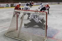 Hokejisté Klatov (v červeném) padli v Táboře.