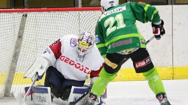 Klatovský brankář Patrik Polívka dokázal zlikvidovat řadu šancí hostů (jako tuto Kozáka), ale prohře nezabránil.