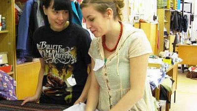 Studentky Jana Fuchsová z Integrované střední školy Klatovy a Jenny Wright z finského města Savonlinna měly možnost si společně ušít kabely.