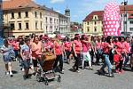 Stovky lidí s růžovými tričky a balónky se v sobotu sešlo na klatovském náměstí.
