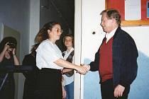 Prezidenta Václava Havla vítá v roce 1995 v kašperskohorském dětském domově jeho ředitelka Marie Kučerová.