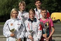 Úspěšná výprava z Klatovska. Vpředu zleva Alena Holá, Nikola Hammerová, Luboš Vanka, vzadu zleva Tereza Martínková a Aleš Martínek.