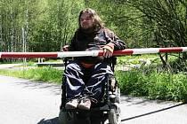 Pro vozíčkáře je problémem i závora. Na snímku je Michal Prager u Prášil.