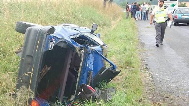 Srážka osobního auta s autobusem u Tupadel