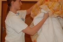 Průměrný plat sester v Klatovské nemocnici činil začátkem roku 17 300 korun hrubého. Po podepsání nové kolektivní smlouvy by měl základ narůst o 2 až 3 tisíce.