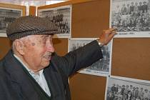 """""""Tak tohle jsem já v první třídě. Bylo to v roce 1927,"""" ukazuje Antonín Jiřík."""