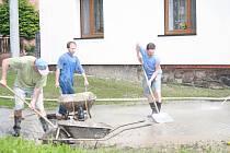 Ve Svrčovci odklízeli nánosy bahna po středečních přívalových deštích