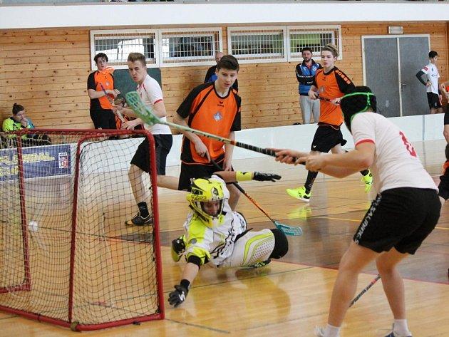 2. liga dorostu 2016/2017: SC Klatovy (bílé dresy) - Florbalová škola Plzeň 4:5