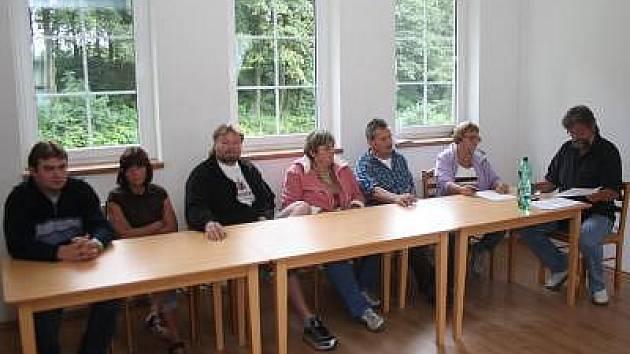 Noví zastupitelé Václav Trnka, Jana Maxová a Jiří Šebesta (zleva) na ustavujícím zasedání hnačovského zastupitelstva odmítli složit slib, dosavadní starosta Karel Toman (zcela vpravo), tak musel zasedání ukončit.