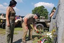 Pietní akt u pomníku americkým vojákům na Zhůří na Šumavě.