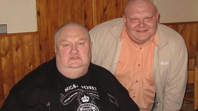 Podoba čistě náhodná. Vlevo herec Václav Glazar (Kameňák), vpravo náš redaktor Ludvík Pouza.