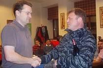 Vítěz turnaje Milan Šnor (vlevo) přebírá cenu od Karla Bytela.