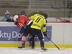 Hokejisté Klatov (na archivním snímku hráč v červeném dresu) podlehli domácímu Dvoru Králové nad Labem 4:6. K bodům nepomohl ani heroický výkon Jiřího Uhlíka.