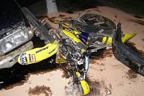 Nehoda motorkáře a osobního vozu u Borov