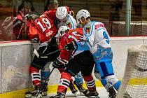 Klatovští hokejisté (na archivním snímku hráči v červených dresech) si po výhře nad Chebem vyšlápli také na Havlíčkův Brod.