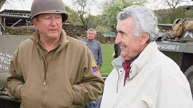 Jan Škach (vpravo), rodilý Čech žijící v Americe, se na myslívských oslavách potkal s Američanem žijícím v St.  Louis a na české půdě se tak zřejmě zrodilo přátelství dvou mužů ze zámoří.