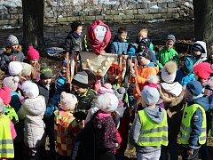Děti házely Moranu do Otavy.