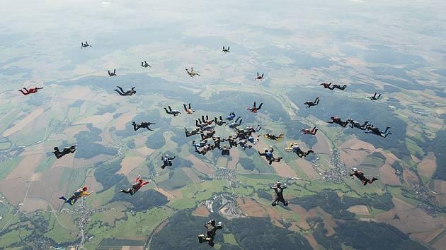 Na klatovském letišti v sobotu skočilo 40 parašutistů rekord se svou formací