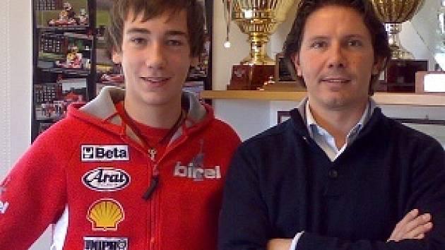 Klatovský úspěšný motokárista Libor Toman  (vlevo) s prezidentem společnosti Birel S. p. A Ronnim Salou  po  podpisu  tříleté  profesionální smlouvy.