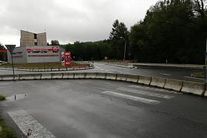 Místo, kde bude vybudován kruhový objezd v Alžbětíně.