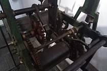 Původní hodinový stroj z věže v Dešenicích.