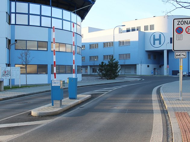 Ve vjezdu do Klatovské nemocnice už jsou instalovány závory.