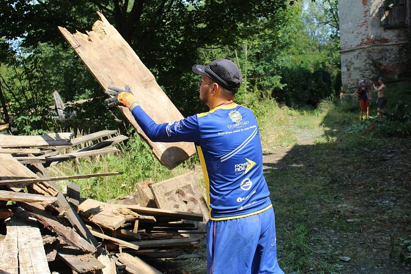 Dobrovolníci z různých zemí pomáhají ve Veselí na Klatovsku zachránit chátrající zámek.