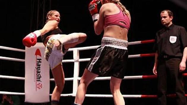 Alena Holá (v bílých trenýrkách) vyhrála ještě před limitem nad polskou soupeřkou Asiou Gutowskou.