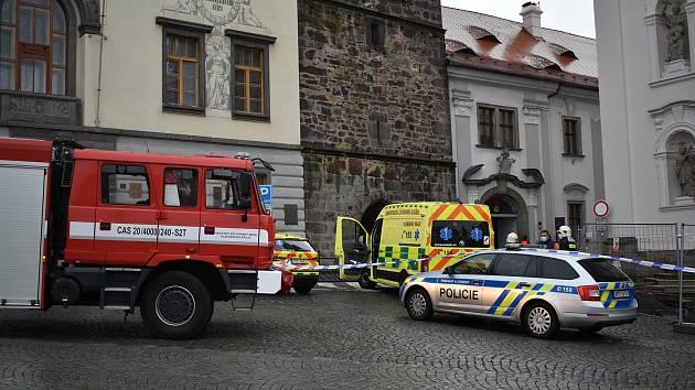 Po pádu z Černé věže na náměstí v Klatovech zemřel mladý muž.