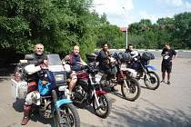 Tři kamarádi se vydali na motorkách do Japonska.