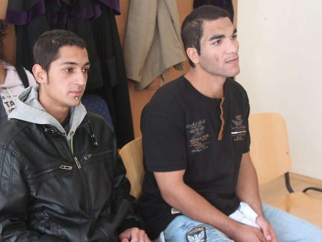 Jaroslav (22) a František (18) Červeňákovi z Klatov u soudu.