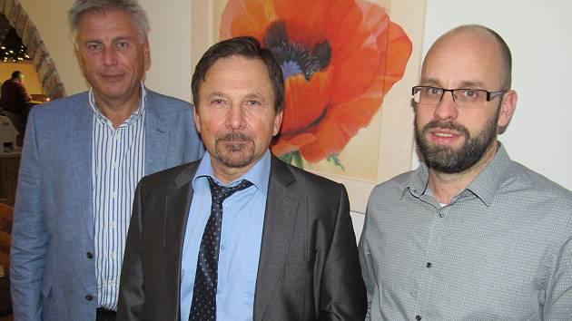 Nový primář Lukáš Svoboda (uprostřed) s ředitelem Nemocnice Sušice Jaroslavem Kratochvílem a odcházejícím primářem Ondřejem Benešem.