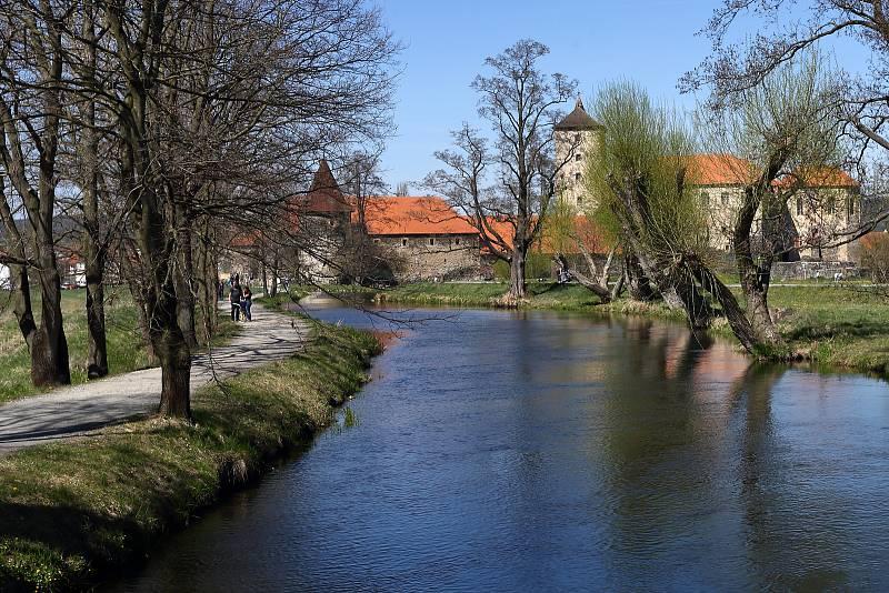 Hrad Švihov během Třicetileté války dvakrát odolal švédským vojskům. Sousedící město však bylo armádou vypáleno. Po válce Švihov ztratil velkou část opevnění a oba vodní příkopy. V 18. století byl pak hrad postupně přestavován pro hospodářské účely.