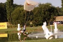 Swooping patří ke klatovskému letišti už od roku 2004, letos v létě se tam budou konat prestižní závody v této mladé a nebezpečné disciplíně.