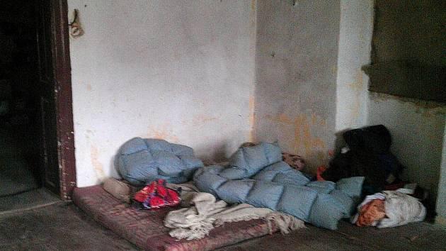 Hnízdečko, které si squatteři vybudovali v opuštěném polorozpadlém domě v klatovské Vídeňské ulici.