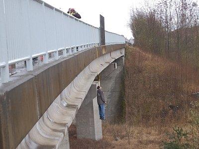 Veřejnost šokovala sebevražda muže, který se v březnu 2008 oběsil přímo nad železniční tratí v Červeném Poříčí