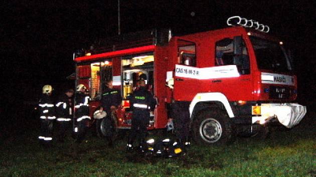 Šest jednotek hasičů vyjelo k požáru rodinného domu
