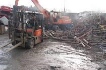 Sběrny kovového odpadu s haldami železa, které se dále třídí a zpracovávají .