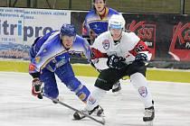 Hokejisté Klatov (v bílém) dokázali v této sezoně porazit Klášterec hned třikrát.