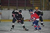 Hokejisté SKP Klatovy (v černých dresech) v úvodním kole přeboru Plzeňského kraje remizovali se svými hosty z SKP Rokycany 4:4
