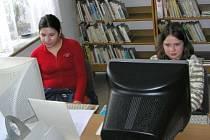 Na internet  do kolinecké knihovny přišly i Eliška Bláhová (vlevo) a Klára Kubečková.