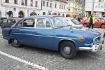 Historické vozy na klatovském náměstí.